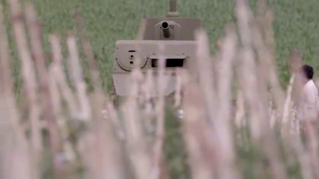 农村小伙搞来一辆装甲车,竟准备用来犁地,洋媳妇都一脸震惊