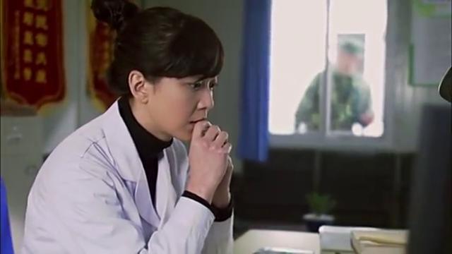 美女医生上班走神,不小心写错药量,导致看病的兵哥哥出事,坏了