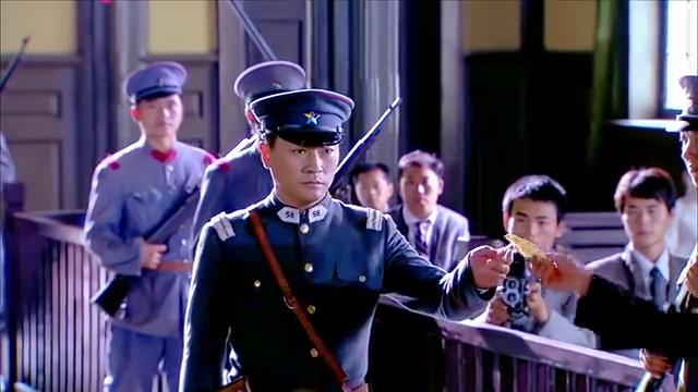 法庭辩论时佟毓婉沉着冷静,因缺乏杀人动机被判无罪,当庭释放