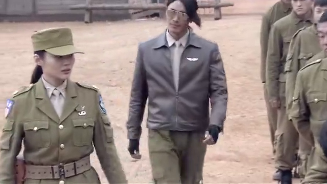 空军小伙去陆军受训,没成想被女教官刁难,要把长头发剃成毛寸