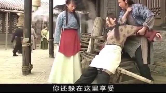 皇帝假扮成小二,在面馆里打工,客人吃饭都得跪着吃
