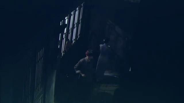 五名鬼子刺杀八路情报员,不料情报员身边有神枪手,一枪一个鬼子