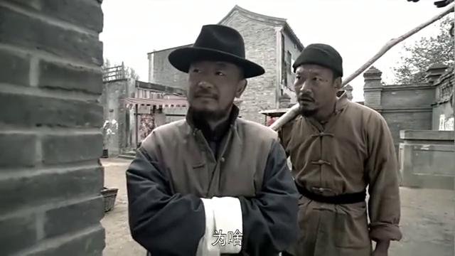 孙成海想动手干死伪军,还好被李大本事拦住啦,不然得吃大亏