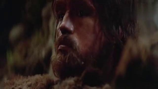 好莱坞影片:尊龙扮演的原始人,没有一句台词的精湛演技!
