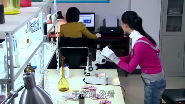 女警看眼钞票,发现1字宽度不对,银行700多万竟是假的