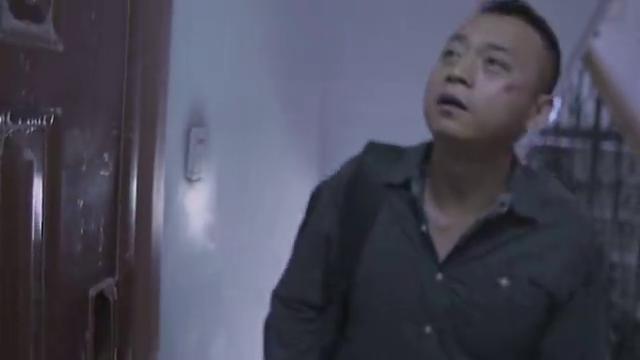 受伤男主开锁进家门,却被邻居当小偷,吓退邻居太凶了