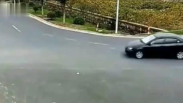 女司机的神车技被监控拍下,太惊险刺激了
