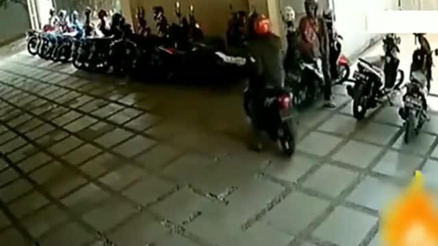 停车场男子感觉不对劲,监控拍下可恶过程