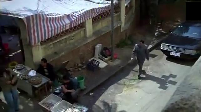 军区首长穿便衣买菜被城管殴打,一个电话调来军队,城管被吓瘫