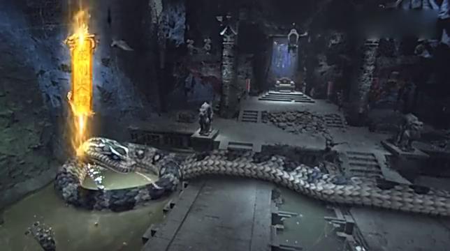 洞穴内盘着一条巨蟒,本以为是洞穴里主宰,谁知他来了巨蟒都下跪