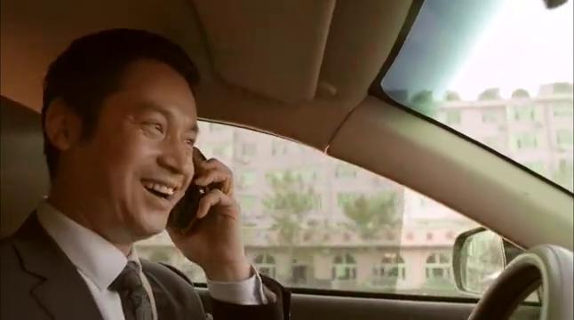 嚣张大叔开车玩手机,竟撞碎元青花瓷,岂料下秒的举动太气人了!
