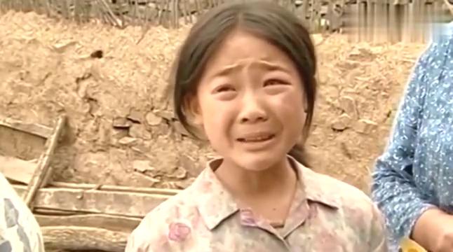 香草狠心丢下小花,小花追着婶娘的车跑,这段看完哭惨了