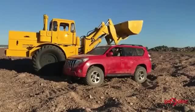 视频:RC版丰田普拉多与铲车,为你演绎真实般的感觉
