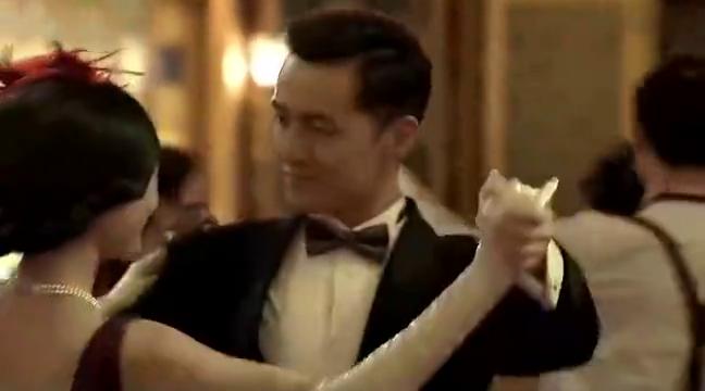 男子跟美女约会,把美女抱起放在桌子上,两人深情拥吻
