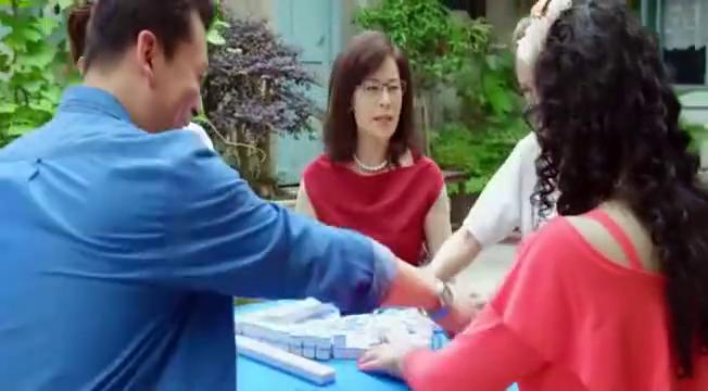 灰姑娘打牌输惨,准婆婆上阵摸一把胡一把,对面的牌友蒙啦