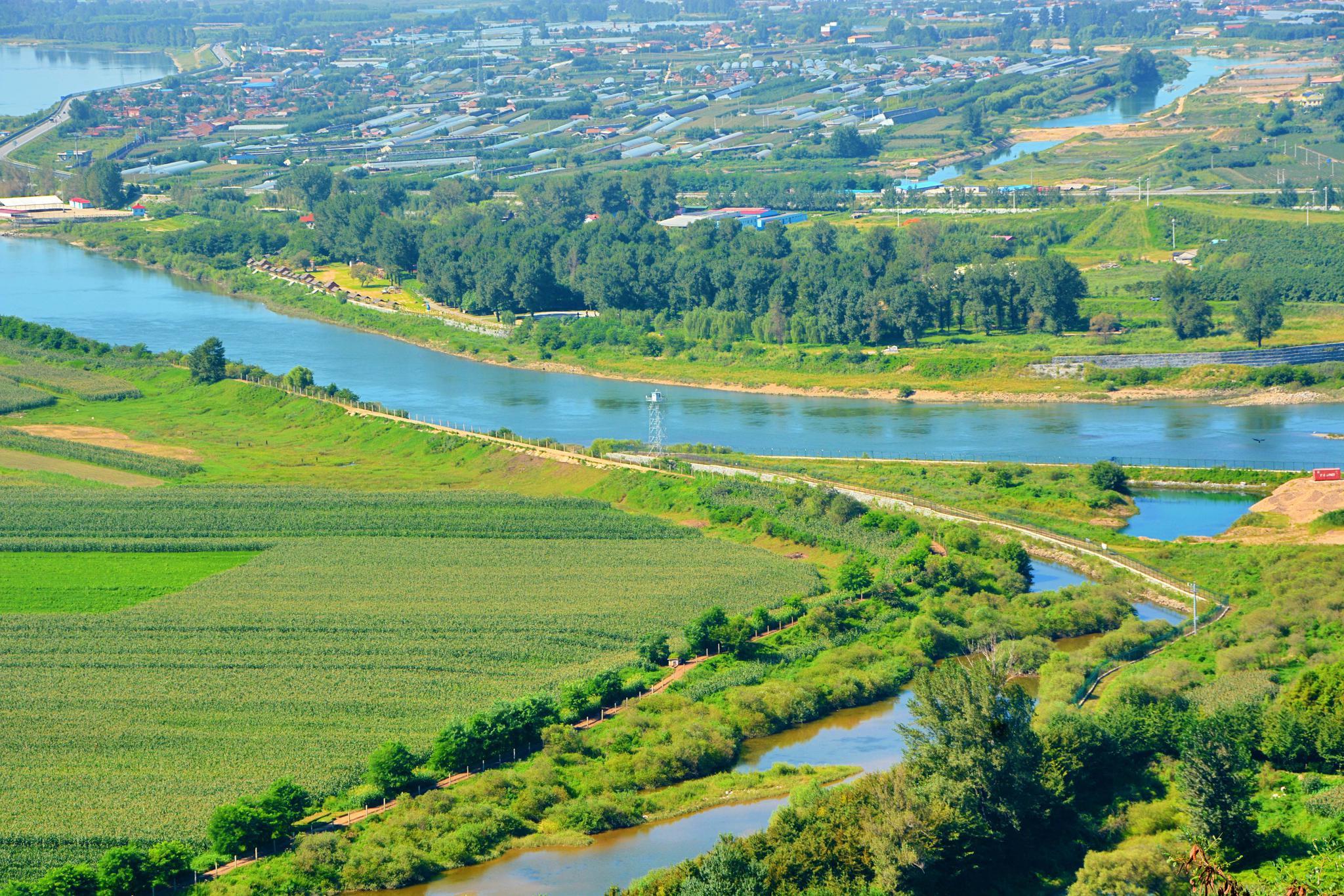 虎山长城上俯瞰鸭绿江两岸村庄河流,原创拍摄