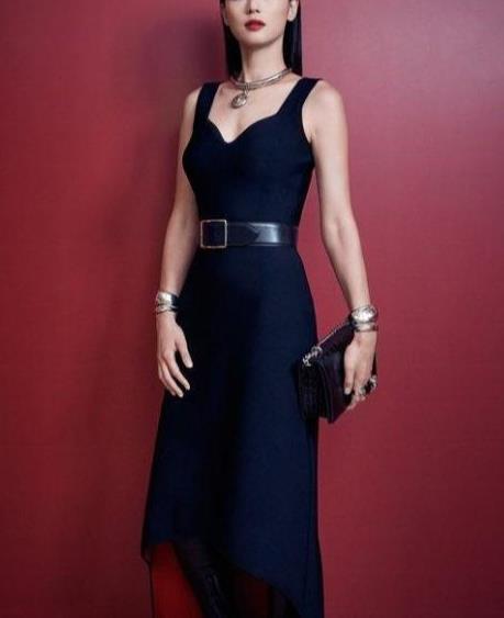 38岁全智贤御姐范十足,黑色连衣裙优雅干练,轻松美出新高度