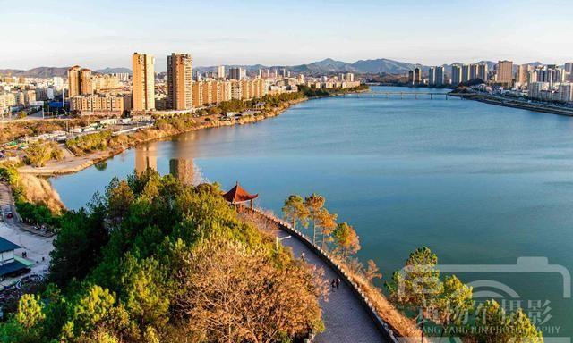 江西于都的城市风光,碧水蓝天贡江两岸林立的建筑