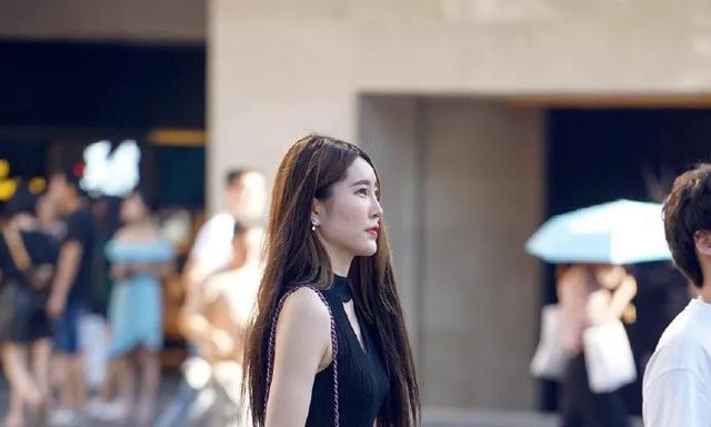 美女搭配上一双银色的高跟鞋,带着高贵,气质显得更加的优雅