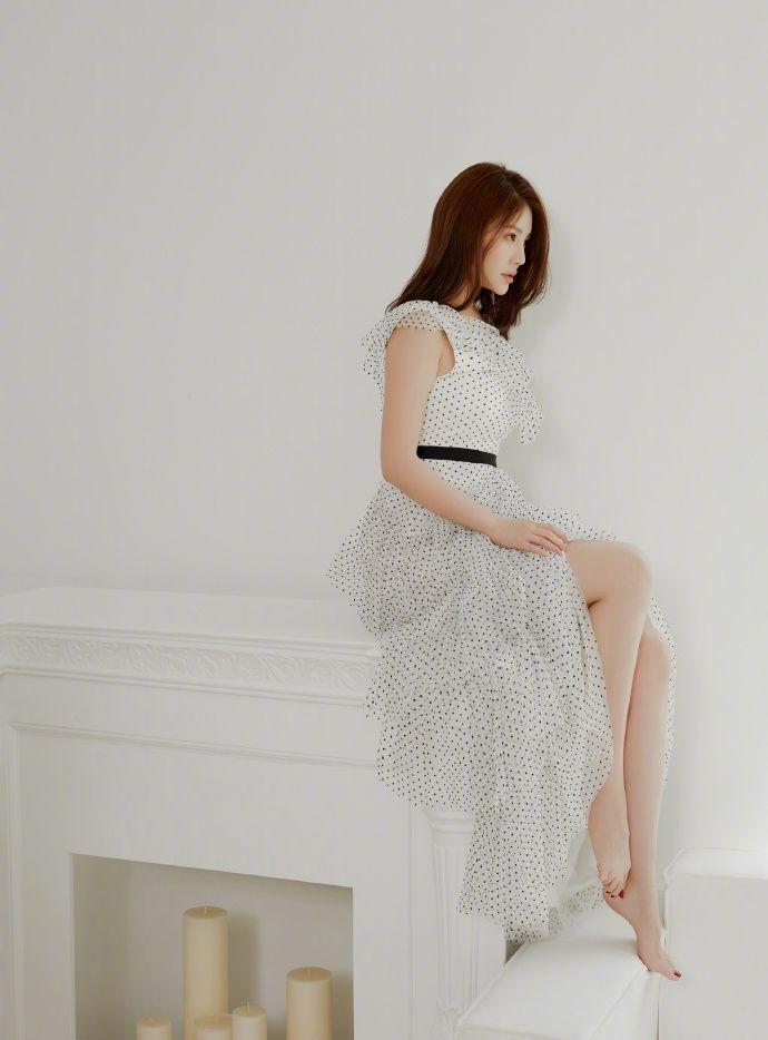 """""""大嫂""""徐冬冬尝试优雅小清新风格,白色黑波点纱裙时髦又减龄"""