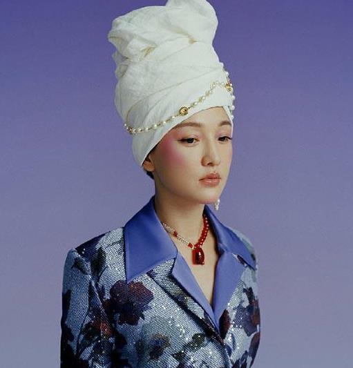 周迅不愧曾是画报女郎,头巾裹头依旧质感十足,彰显高贵气质