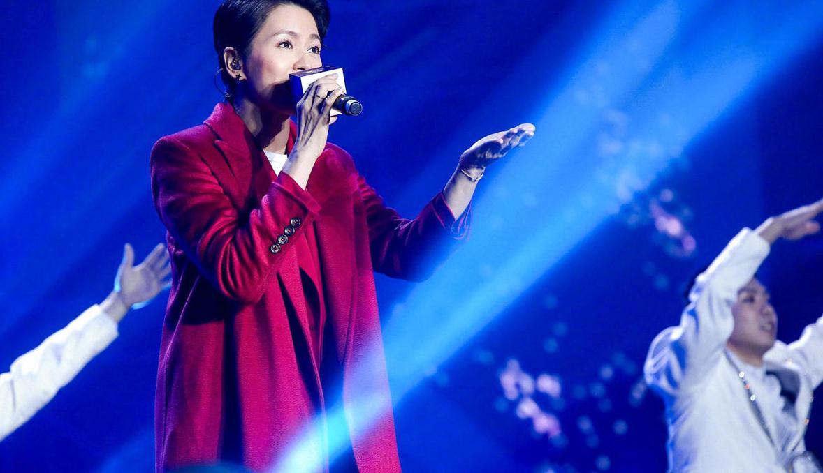 梁咏琪高颜值任性,红色大衣配大背头发型出演,她站在舞台上真美