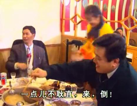 火锅店的土妹子,瞧她给老板倒酒的做法,以后绝对是个人物