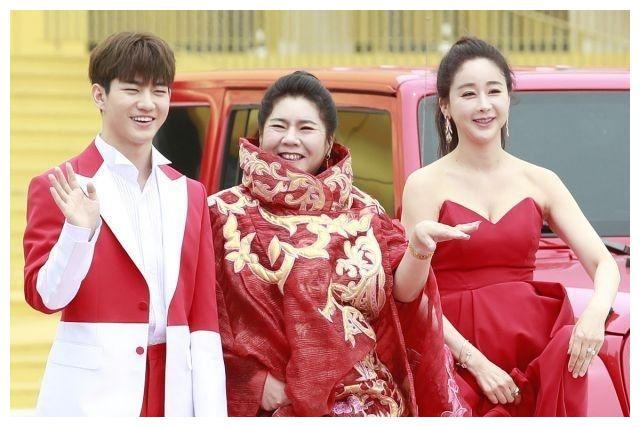 韩国70后女星咸素媛带90后中国老公走红毯,当着婆婆面亲吻太甜