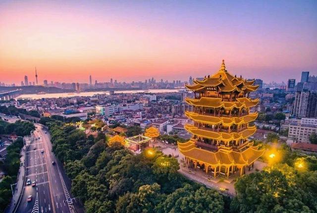 武汉东湖有一些好玩的景点,武汉大学也可以逛逛,景色真的很美