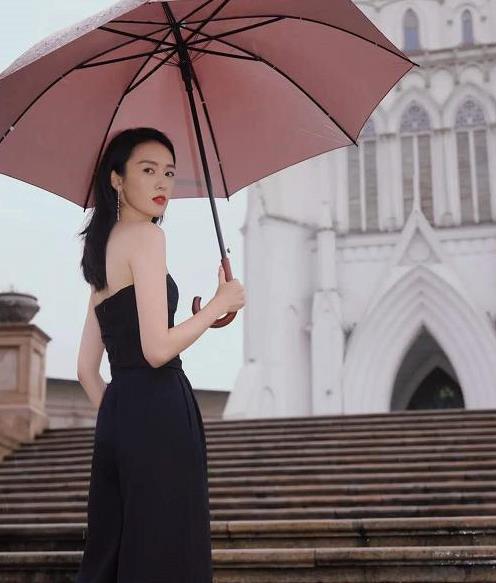 童瑶出席金鹰节开幕式,黑色连体阔腿裤搭配高跟鞋,高级有质感