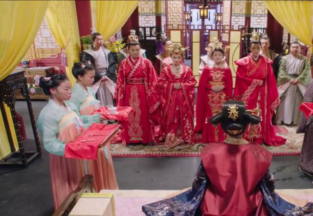 穿越女和皇帝大婚,不料看见金镯子就往怀里揣,古人都懵了