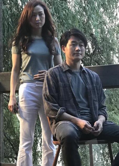 郑秀文新电影搭档佟大为,48岁港风穿搭身材抢镜,不输小7岁关