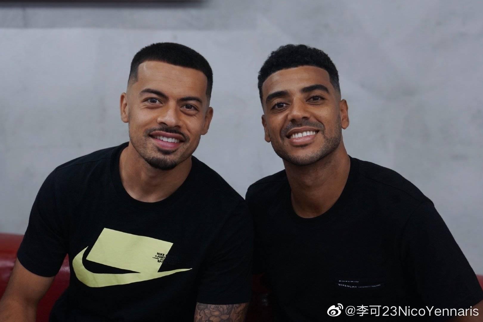 北京中赫国安足球俱乐部球员李可与阿兰一起去理发店理发