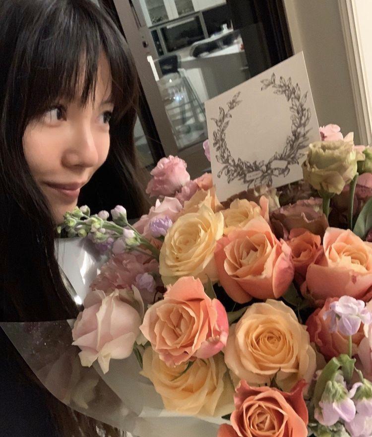 王力宏娇妻李靓蕾庆生日,齐刘海配露肩衬衫真减龄,哪里像34岁?
