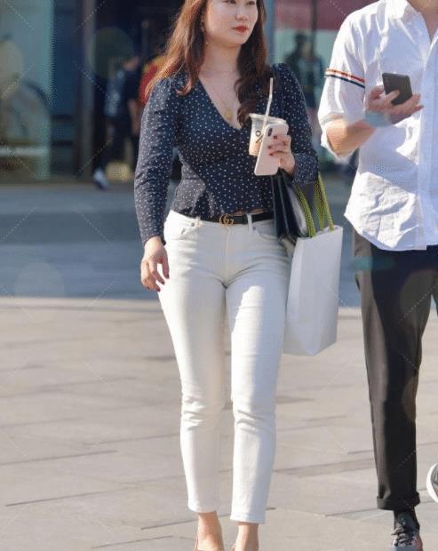 蓝色波点上衣搭配白色休闲裤,活力满满,美丽又动人