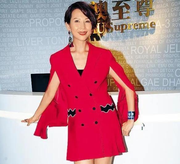 蔡少芬皮肤光泽显高贵,穿红色破袖长款西装,当年的风韵依旧不减