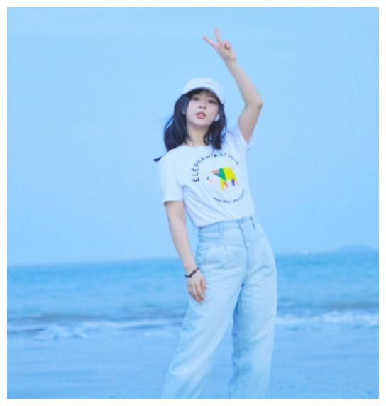 杨紫海边照片,蓝色滤镜简单蓝白搭配,清新干净