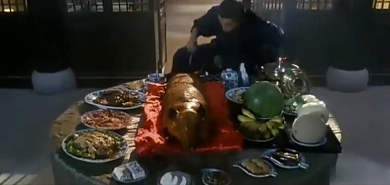 老大教小弟武功,小弟却在那大吃大喝,最后使用了无敌抓胸手