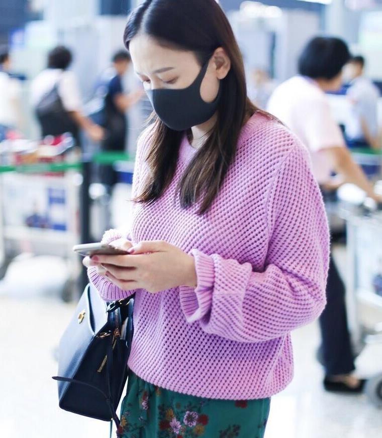 陈乔恩紫色针织衫配绿色短裙,学生感十足,这状态确定41岁吗?