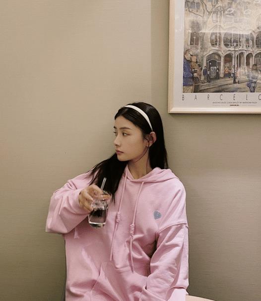 宋妍霏穿香芋紫卫衣也太显嫩了,温柔又静谧,关键价格才几百块