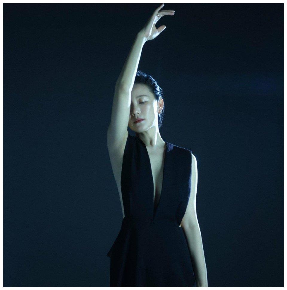 咏梅为女性健康发声,穿黑色质感长裙散发女神魅力,知性优雅高级