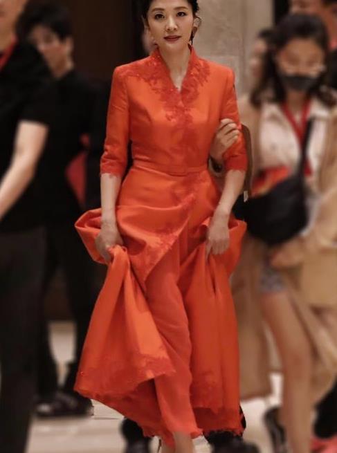 周涛越老越敢穿,大红长裙配大红长裤,不土反而高级感十足