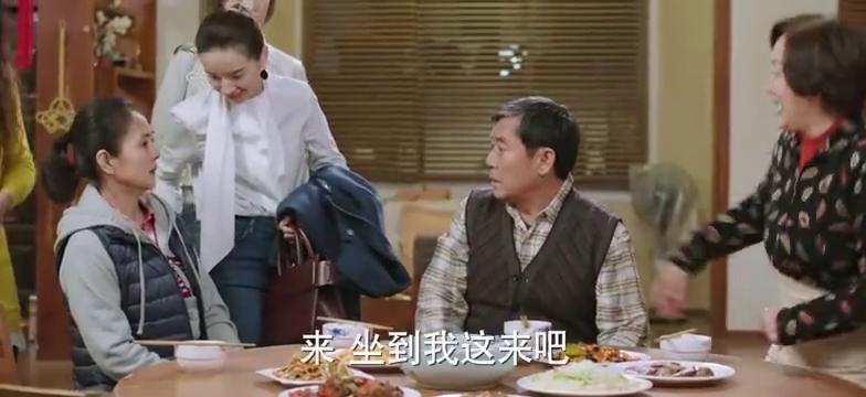 房爸请帅姨吃饭,天心和帅姨抢菜吃,气走帅姨