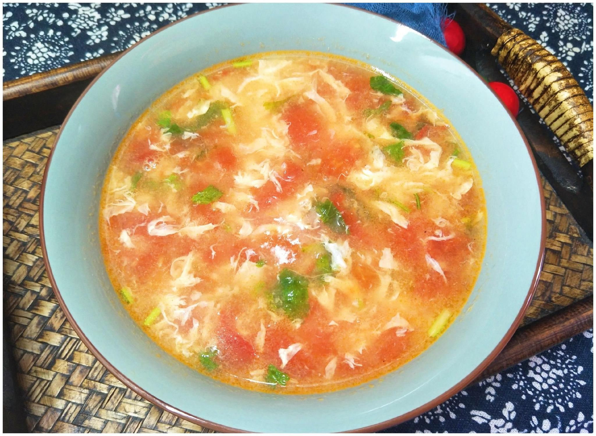 秋天天冷,就爱喝1碗鸡蛋汤,教你1个做法,西红柿汁多蛋花薄