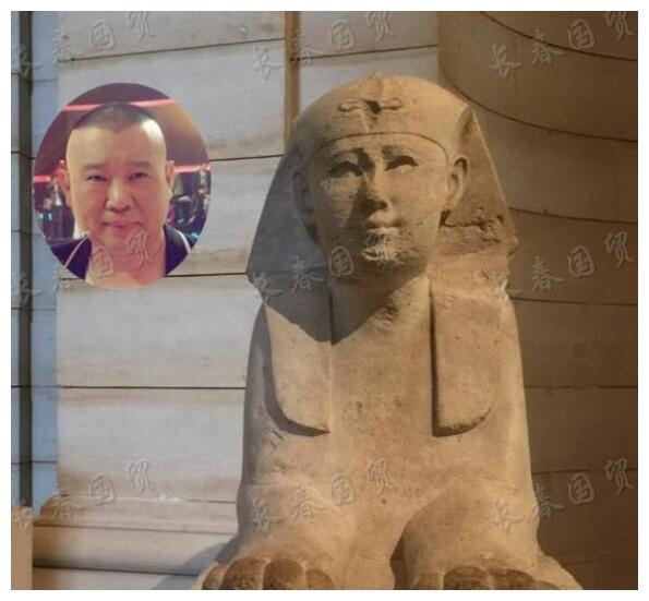 郭德纲撞脸卢浮宫狮身人面雕塑,网友直呼:穿越了