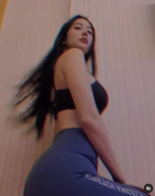 韩国女艺人Clara社交网站发照秀性感身材