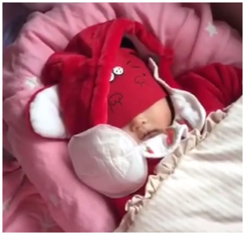 对付抱睡的宝宝,妈妈有绝招,瞧眼前的画风,网友:辣眼睛