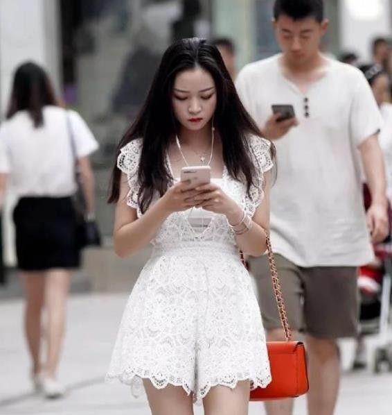 身材高挑的小姐姐,一件白色短袖,时尚曼妙好身姿!