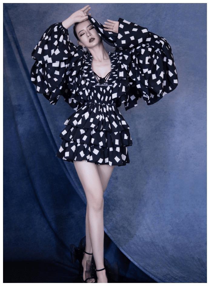 戚薇穿蓬蓬裙营造少女感失败,被戏称穿得像鸵鸟,但腿是真的优秀
