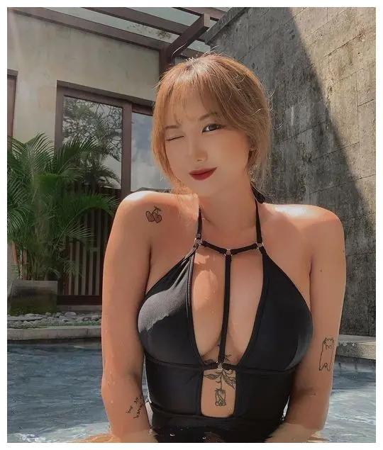 女团EXID成员LE今天在社交网站发布一组泳装照,超吸睛